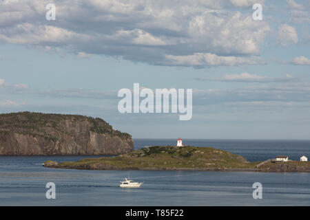 TRINITY, NEWFOUNDLAND, CANADA - August 12, 2018: The Fort Point lighthouse seen from the town of Trinity.  ( Ryan Carter ) - Stock Image