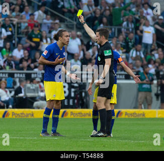 sports, football, Bundesliga, 2018/2019, Borussia Moenchengladbach vs RB Leipzig 1-2, Stadium Borussia Park, scene of the match, yellow card to Yussuf Poulsen (RBL) by referee Harm Osmers, DFL REGULATIONS PROHIBIT ANY USE OF PHOTOGRAPHS AS IMAGE SEQUENCES AND/OR QUASI-VIDEO - Stock Image