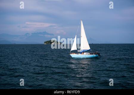 A boat sailing at Paraty Bay, Brazil - Stock Image