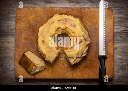 round Maderia cake with frosting - Stock Image