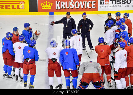 Bratislava, Slovakia. 20th May, 2019. Head coach Milos Riha, centre, and his assistant Robert Reichel instruct players at a training session of the Czech national team prior to tomorrow's match against Switzerland at the 2019 IIHF World Championship in Bratislava, Slovakia, on May 20, 2019. Credit: Vit Simanek/CTK Photo/Alamy Live News - Stock Image