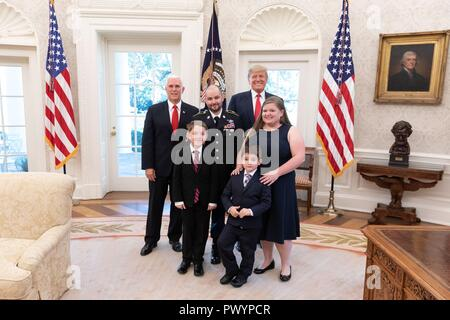 U.S President Donald Trump and Vice President Mike Pence pose with Medal of Honor recipient retired U.S. Army Staff Sgt. Ronald J. Shurer II, his wife Miranda and sons Cameron and Tyler in the Oval Office of the White House October 1, 2018 in Washington, DC. - Stock Image