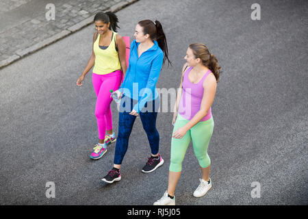 Female joggers talking on road - Stock Image