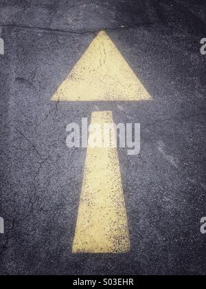 Arrow painted on street - Stock Image