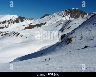 Ski mountaineers approaching Col de Longet, Parc regional du Queyras, French Alps - Stock Image
