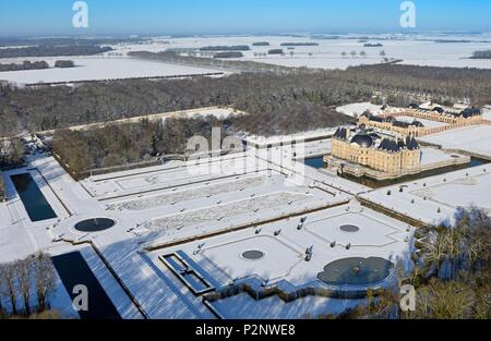 France, Seine et Marne, Maincy, the castle and the gardens of Vaux le Vicomte covered by snow (aerial view) - Stock Image
