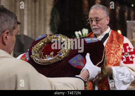 Veneration of the Holy Crown of Thorns in the Notre-Dame Cathedral (Notre-Dame de Paris) in Paris, France. One of the Knights of the Holy Sepulchre holds the Holy Crown of Thorns. The crown is presented for veneration in the cathedral the first Friday of each month as well as during Lent Fridays and on Good Friday. - Stock Image