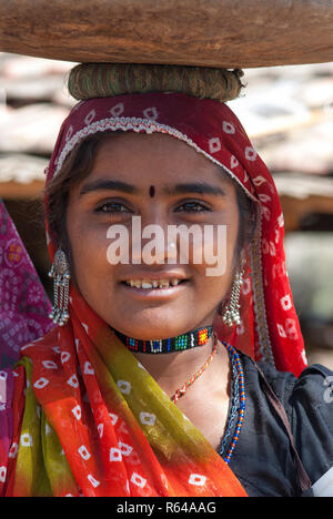 Rabari woman with head basket - Stock Image