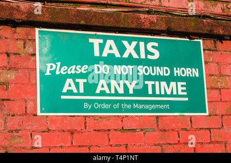 Sign 'Taxis. Please do not sound horn at any time' - Stock Image