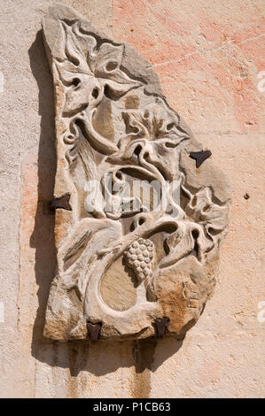 DETAIL OF STONE CARVING SCULPTURE ON WALL OF Basalique de Notre Dame Beaune France SHOWING VINES AND GRAPES - Stock Image
