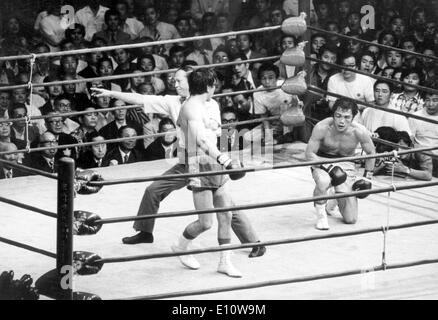OSCAR ALBARADO (L), knocked out WBA junior middleweight champion Koichi Wajima of Japan in the 15th round in Tokyo. - Stock Image