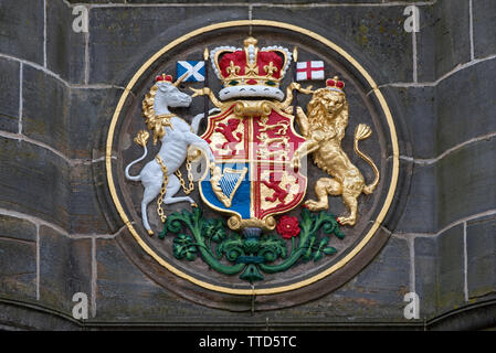 The royal arms of Britain on the Mercat Cross in Parliament Square next to St Giles Cathedral on the High Street in the Old Town of Edinburgh. - Stock Image