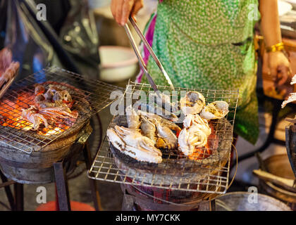 CHIANG MAI, THAILAND - AUGUST 27: Food vendor cooks seafood at the Saturday Night Market (Walking Street) on August 27, 2016 in Chiang Mai, Thailand. - Stock Image
