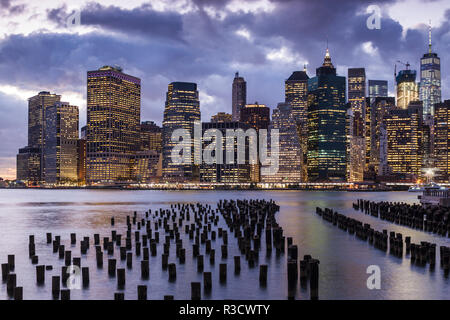 USA, New York, Brooklyn, Dumbo. Lower Manhattan from Brooklyn Piers - Stock Image