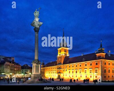A twilight image of the UNESCO World Heritage Site of the Old Town in Warsaw, Poland. On the right is Zamek Królewski & left is Kolumna Zygmunta. Photo © COLIN HOSKINS. - Stock Image