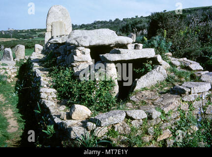Giants' grave of Coddu Vecchiu. Nuragic funerary monument, near Arzachena. The site constists of a stele, stone megaliths and a gallery grave. Communal grave for notables of the Gens. Sardinia, Italy. Bronze Age. 2500 BC. - Stock Image