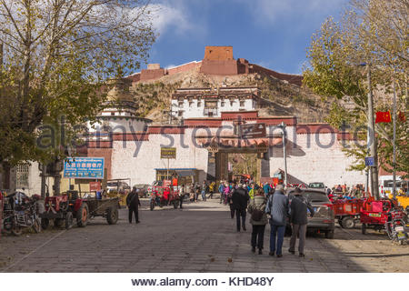 Main street leading to the Pelkor Chode Monastery - Stock Image