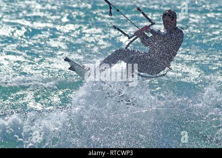 Silhouette de kite surfeur dan une explosion d'ecume - Stock Image