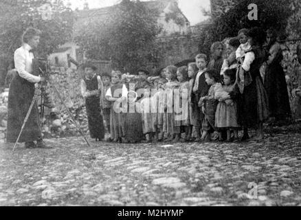 Frances Benjamin Johnston Photographing Children, 1900 - Stock Image