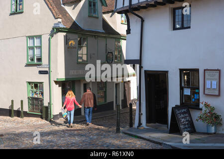 Norwich Elm Hill, view of people walking in the historic old town Elm Hill area of Norwich, Norfolk, UK. - Stock Image