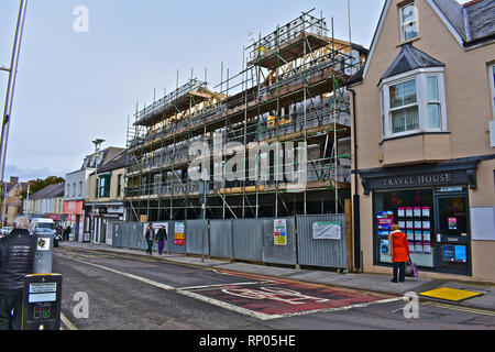 Building site in the town centre of Bridgend. On the site of a former McDonalds, the new building will have shop units and flats over. Steel framed. - Stock Image