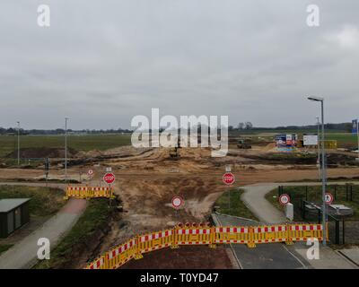Ahrensburg, Deutschland. 21st Mar, 2019. Ahrensburg Construction Site - Construction Work - Construction Workers - In addition to the already completed roundabout on Beimoorweg, a second roundabout will be built to connect the new business park Beimoor Sued II - traffic planning - diversion - construction machinery | usage worldwide Credit: dpa/Alamy Live News - Stock Image