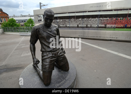 Thierry Henry statue in front of the Emirates stadium - Stock Image