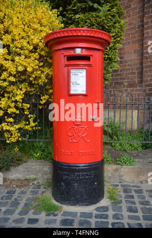George VI Pillar box, Old Town, Stratord upon Avon, Warwickshire - Stock Image