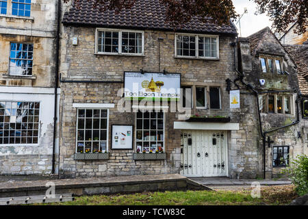 A view from the front of the Ton Boon Buddhist temple in Bradford on Avon with a large sign and gated double doors - Stock Image