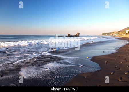 El Tunco Tropical Beach Waterfront and Horizon over Pacific Ocean Sea Water in El Salvador, Central America - Stock Image