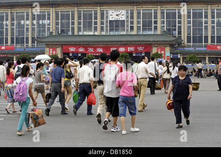 (dpa file) - Hustle and bustle in front of the train station in Xian, Province Shaanxi, China, 02 July 2007. Photo: - Stock Image