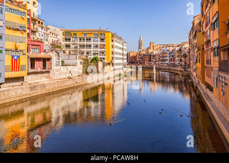 Medieval houses on the banks of the River Onyar, and the Pont de Sant Agusti,  Girona, Catalonia, Spain. - Stock Image