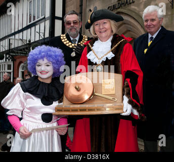 Andrea Mulchrome receiving the Frying Pan Trophy from the Mayor, Councillor Jeanette Eagland, for winning the Womens - Stock Image