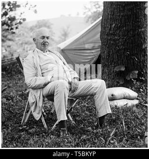 Thomas Edison (1847-1931), portrait relaxing in a chair outdoors, National Photo Company, 1921 - Stock Image