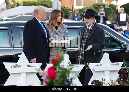 U.S President Donald Trump and first lady Melania Trump, listen to Rabbi Jeffrey Myers, right, at the memorial of those killed at the Tree of Life Synagogue October 30, 2018 in Pittsburgh, Pennsylvania. - Stock Image