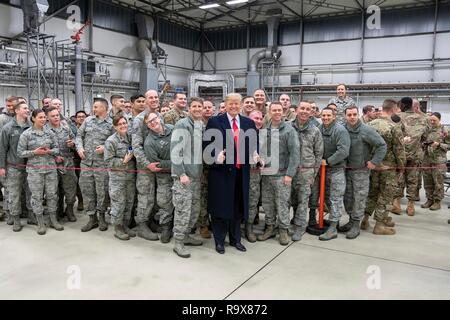 U.S. President Donald Trump poses with U.S. service members during stop-over at Ramstein Air Force Base following a surprise visit to Iraq December 26, 2018 in Ramstein-Miesenbach, Germany. The president and the first lady spent about three hours on Boxing Day at Al Asad, located in western Iraq, their first trip to visit troops overseas since taking office. - Stock Image