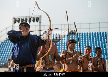 Palmas, Brtazil. 28th Oct, 2015. A Mongolian archer lines up with delegates from Brazil and  the Phillippines at - Stock Image