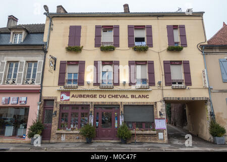 Facade of the restaurant 'Auberge du Cheval Blanc' on Rue de Lyon, Avallon, Yonne, Bourgogne, France - Stock Image