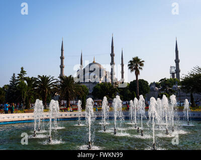 Fountain in Sultanahmet Park with view to the landmark Blue Mosque (Sultan Ahmed Mosque) in Istanbul, Turkey - Stock Image