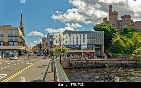 INVERNESS CITY SCOTLAND THE CASTLE AND VIEW OVER RIVER NESS FROM NESS ROAD BRIDGE TO BRIDGE STREET AND THE HIGH STREET - Stock Image