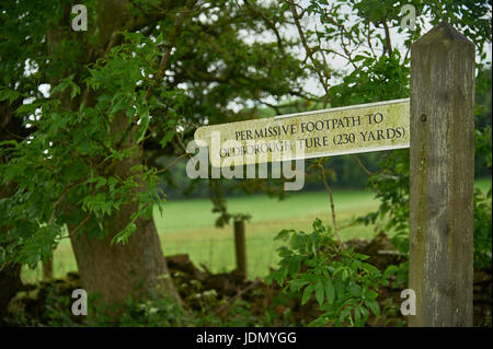 Fingerpost sign highlighting a Permissive Footpath to Oldborough Ture near Cutsdean in the Cotswolds. - Stock Image
