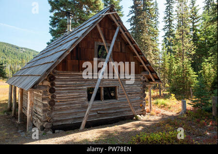 Historic cabin, built in 1901, at Olallie Meadow in Oregon's Mt. Hood National Forest.  Now part of a campground, you can sleep in it for a price. - Stock Image