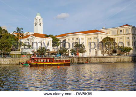Tourist river boat stop outside the Asian Civilisations Museum: Singapore. - Stock Image