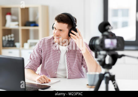 male blogger with headphones videoblogging - Stock Image