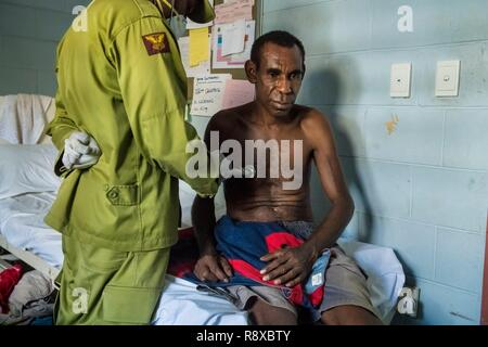 Papua New Guinea, Gulf of Papua, National Capital District, Port Moresby City, Bomana Prison, dispensaire, doctor checking sick prisonner - Stock Image