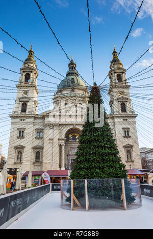 Christmass fair with Christmass tree at St.Stephens Basilica in Budapest - Stock Image
