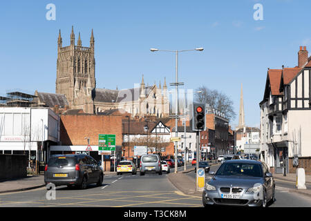 Traffic on London Road in Worcester with Worcester Cathedral and Glover's Needle in the background - Stock Image