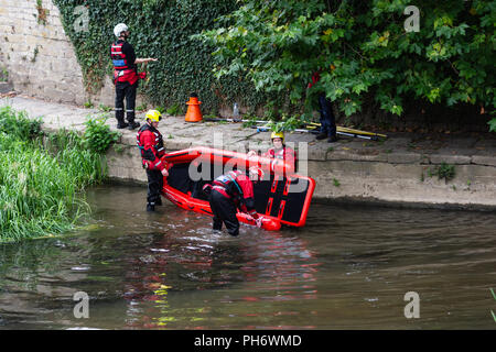 Members of Wiltshire search & rescue team take their boat from the water to pack away after a precautionary search of the river in Bradford on Avon - Stock Image
