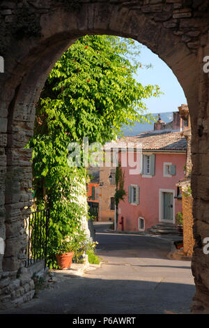 France, Provence Alpes Cote d'Azur, department of Vaucluse (84), Goult (natural park of Luberon), Ourme gate - Stock Image
