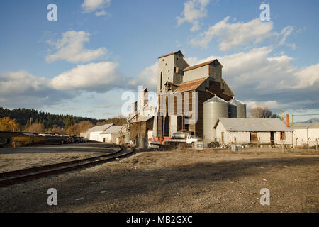 General Feed & Grain Inc., grain mill, on a warm, spring afternoon, in Bonners Ferry, Idaho, USA - Stock Image